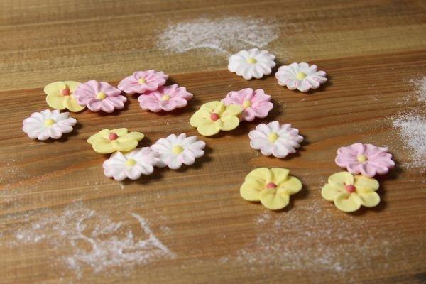 Sommerblüten aus Zucker - rosa, gelb und weiß, ...