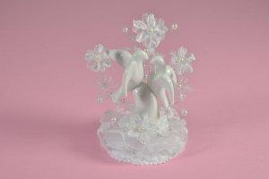 Taubenpaar aus Porzellan mit Tüll und Perlen  ca. 17 cm