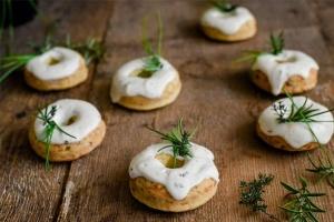 Ausgewählte Zutaten für Käse-Speck Donuts mit Bärlauch