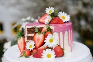 Ausgewählte Zutaten für eine Pinata Cake mit Erdbeeren
