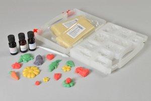 Modellier Koffer mit allen Zutaten zur Herstellung