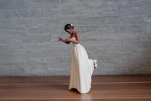 Hochzeitsfigur Braut, dunkelhäutig, Porzellan, ca. 14 cm