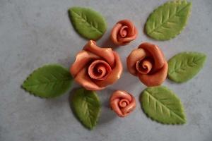 Glanzrosen Set rot-gold aus Marzipan 12 Rosen + 18 Blätter