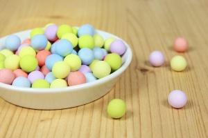 Schoko-Perlen pastell, Ø 1cm, farbig sortiert, 100-g-Dose