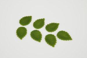 Rosenblätter grün aus Marzipan 3cm lang  32 Stück