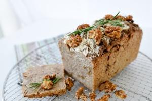 Ausgewählte Zutaten für Walnuss-Rosmarin-Brot