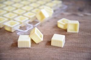 Viereck-Schalen für Pralinen Weiße Schokolade  63 Stück