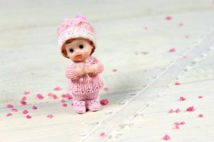 Babyfigur Mädchen, Tortenaufsatz, 8 cm