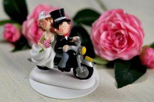 Brautpaar auf Motorrad ca. 8 x 8 cm aus Polyresin