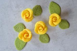 Marzipanrosen-Set gelb mit rotem Muster / 4 Rosen +6 Blätter