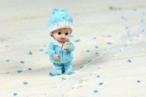 Babyfigur Junge, Tortenaufsatz, 8 cm