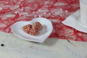 Herz-Halbschalen -mit roten Herzchen- weiß, 54 Stück