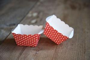 Mini-Papierbackformen, rot mit weißen Punkten, 12 Stück