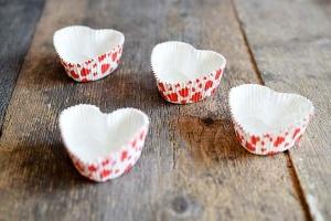 Papierbackformen Herz, mit roten Herzen, beschichtet 8 Stck