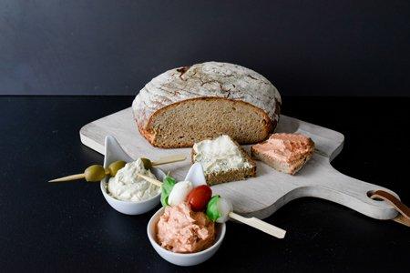 Rustikale Kräuterbutter mit Brot