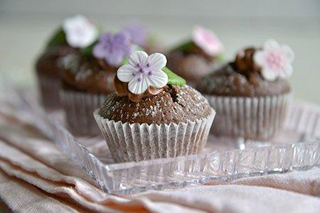 Schoko-Muffin mit Blumen