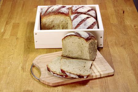 Helles Brot aus dem Holzbackrahmen