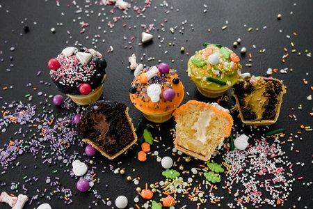 Kleine Halloween-Muffins im Waffelbecher