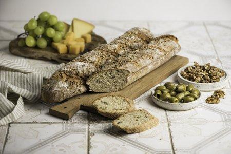 Buchweizen-Baguettes mit grünen Oliven und Walnüssen
