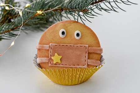 Weihnachtliche Mürbeteigplätzchen mit Mundschutz