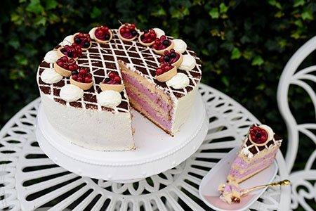 Fruchtige Buttermilch Cassis Torte