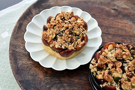 Hefe-Zwetschgen Kuchen mit Granola