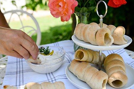 Brot-Röllchen mit Dip