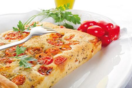 Focaccia mit Tomaten und Oliven