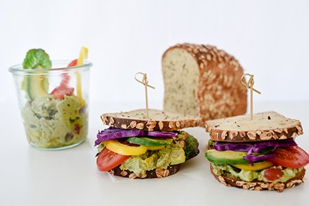 Eiweiß-Sandwich mit Avocado-Dip