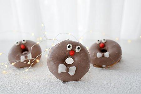 Zimt-Donuts mit brauner Glasur